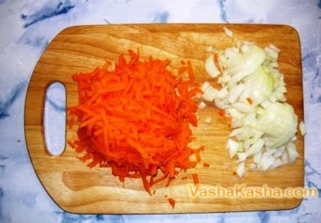 нарезанная морковь и лук на доске