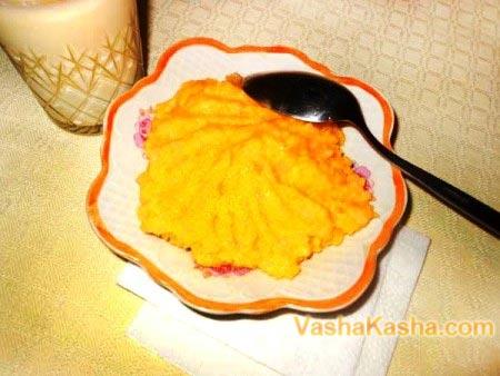 тыквенная каша в тарелке с ложкой