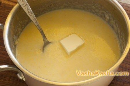 кастрюля с крупой в воде с маслом