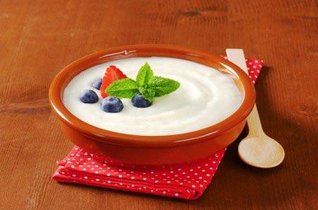 готовая каша в тарелке с ложкой