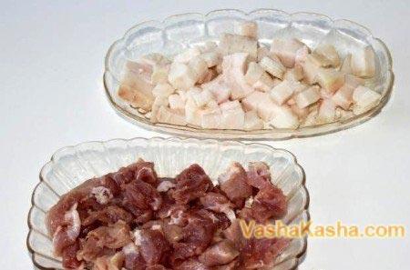 мясо и сало в мисках