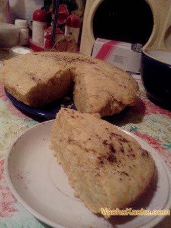 кусок готового пирога на тарелке