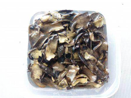 замоченные грибы в миске