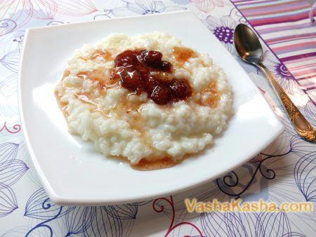 рисовая каша на тарелке
