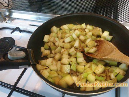 нарезанный кабачок на сковороде