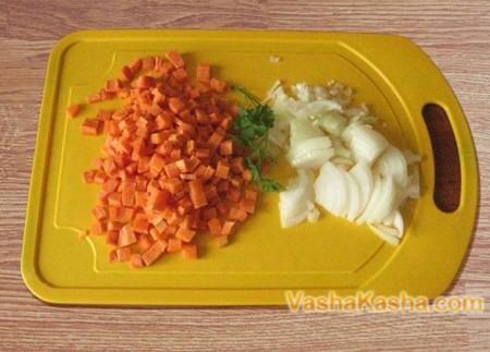 Нарезаные лук и морковь