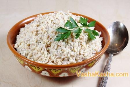 Пшеничная каша на тарелке