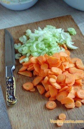 Нарезанные морковь и сельдерей