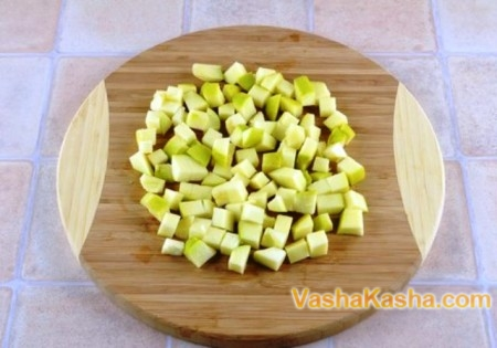 яблоки кубиками на доске