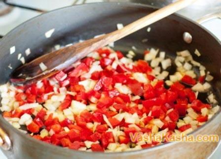 перец и лук на сковороде