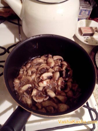 грибы и лук на сковороде