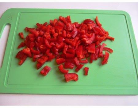 красный перец на доске