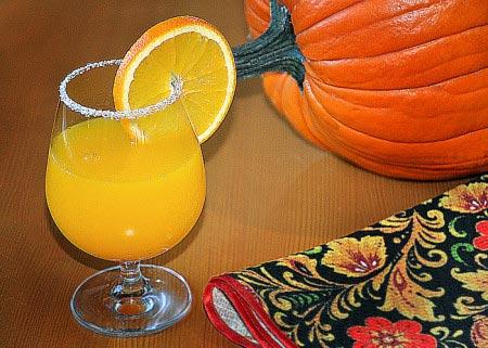 стакан сока на столе