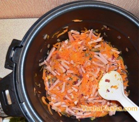 лук морковь и колбаса в мультиварке