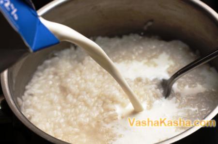 рис в кастрюле с молоком