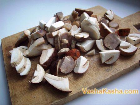 нарезанный гриби на доске
