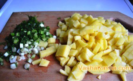 нарезанный картофель и зелень