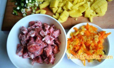 обжаренные овощи и нарезанная колбаса