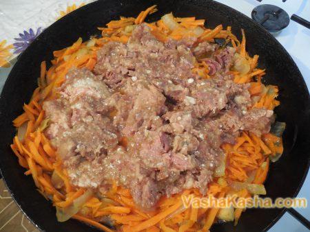тушенка с морковью и луком