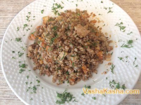 гречка приготовленная на тарелке