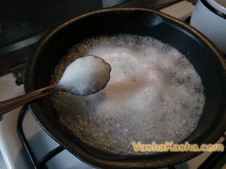 сахар на ложке
