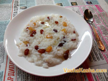cooked rice with raisins on a plate