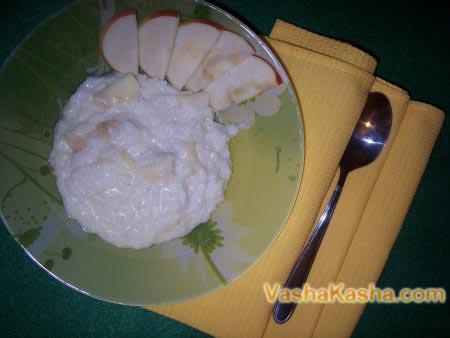 готовая каша с яблоками на тарелке